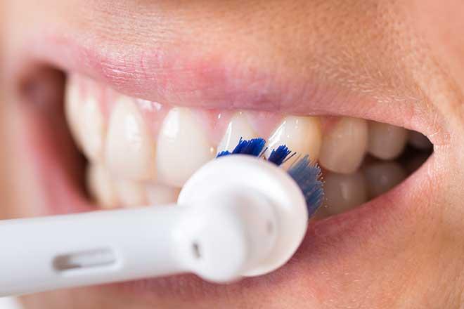 Cepillado dental con cepillo eléctrico