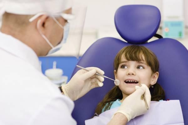 Revisión dental en niña