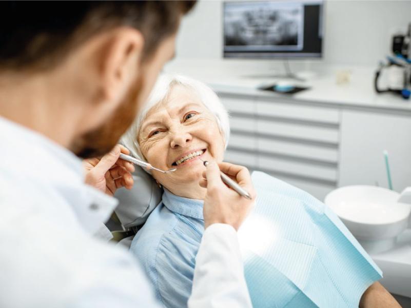 Paciente mayor con implantes dentales