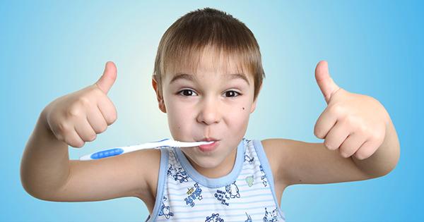 Niño limpiando sus dientes